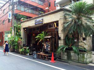 (8) 人気カフェの前を通り